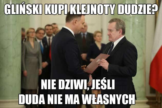 Obraz: prezydent Andrzej Duda i minister kultury Piotr Gliński. Tekst mema: Gliński kupi klejnoty Dudzie? Nie dziwi, skoro Duda nie ma własnych