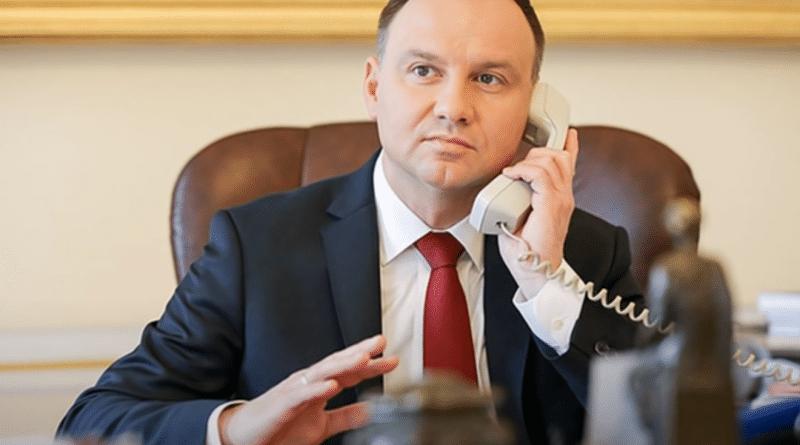 Andrzej Duda z telefonem