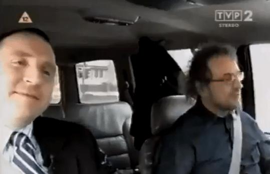 Stopklatka z obrazu TVP2: Jacek Kurski z Piotrem Najsztubem w samochodzie
