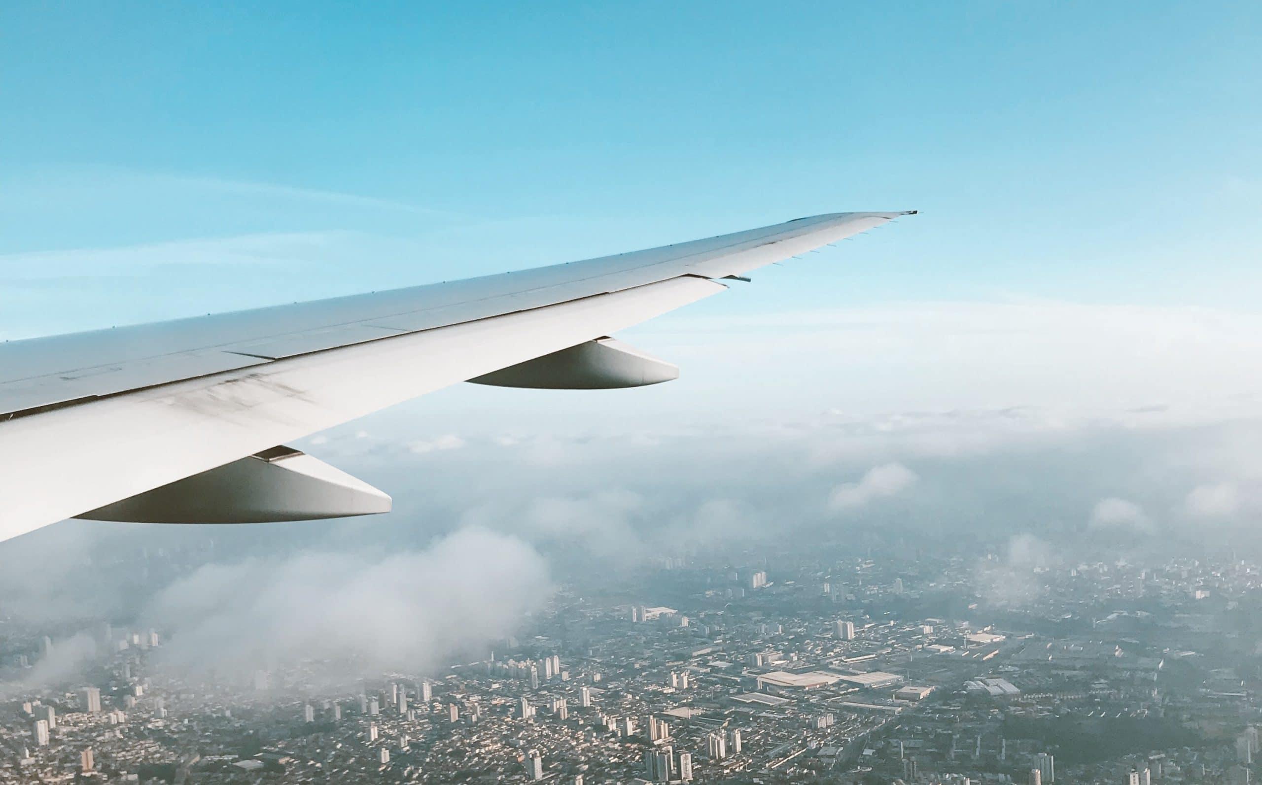 Widok skrzydła samolotu w powietrzu z siedzenia pasażera