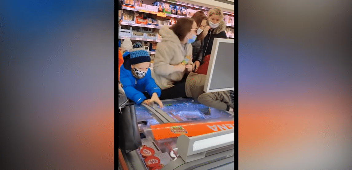 Stopklatka z materiału pokazującego walkę o lody Friza w markecie