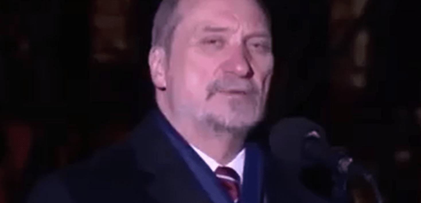 Stopklatka z obrazu wideo: Antoni Macierewicz w trakcie przemówienia o Powstaniu